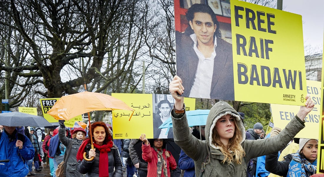 """تأجيل جلد رائف بدوي للمرة الثانية و""""العفو الدولية"""" تطالب السعودية بالإفراج عنه"""