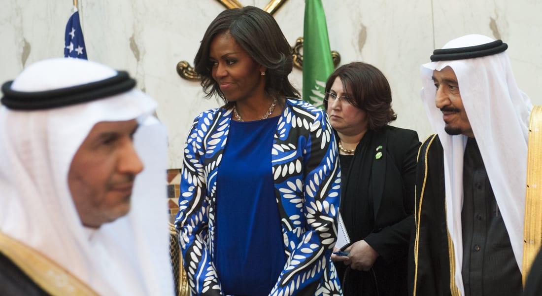 """""""سفور"""" ميشيل أوباما يثير جدلاً بالسعودية.. ومغردون: """"تعظم في عين الصغير صغارها"""""""