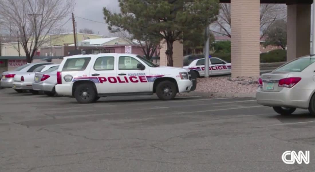 طفل، 3 سنوات، يصيب والديه بطلقة واحدة من مسدس..  والشرطة توجه لهما الاتهام