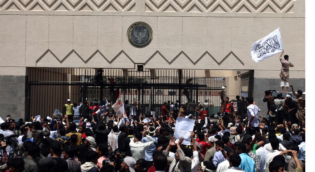"""الحوثيون يصادرون سيارات الدبلوماسيين الأمريكيين وأسلحة """"المارينز"""" قبل مغادرتهم صنعاء"""