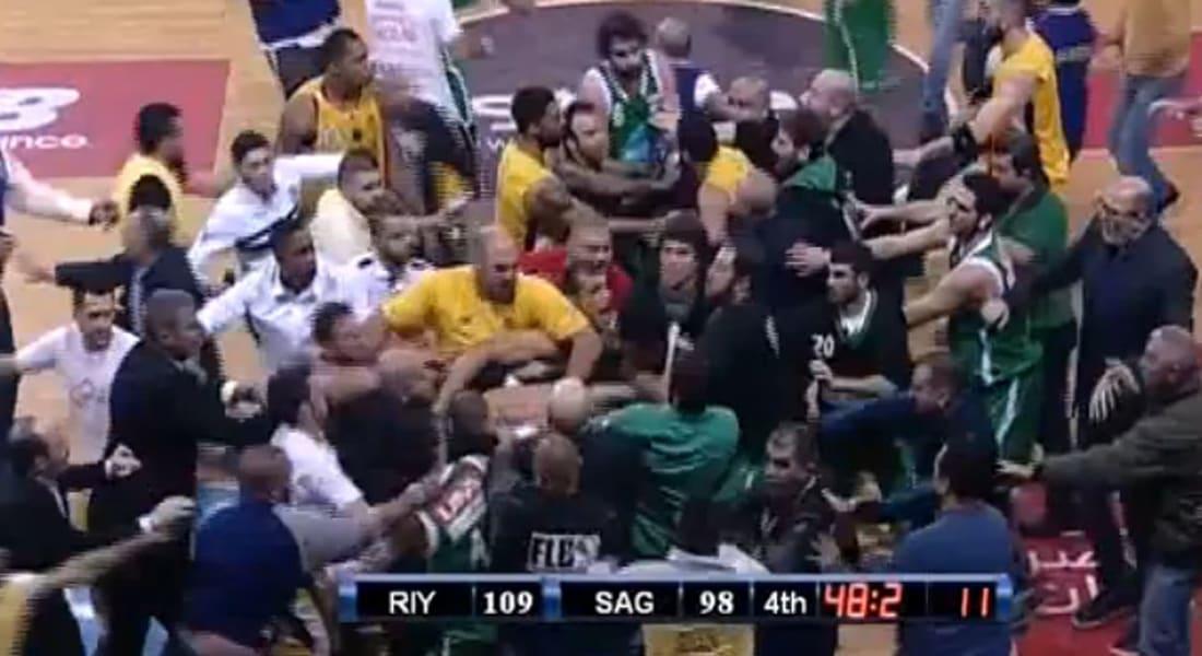 بالفيديو.. مباراة كرة سلة لبنانية تتحول الى جولة ملاكمة