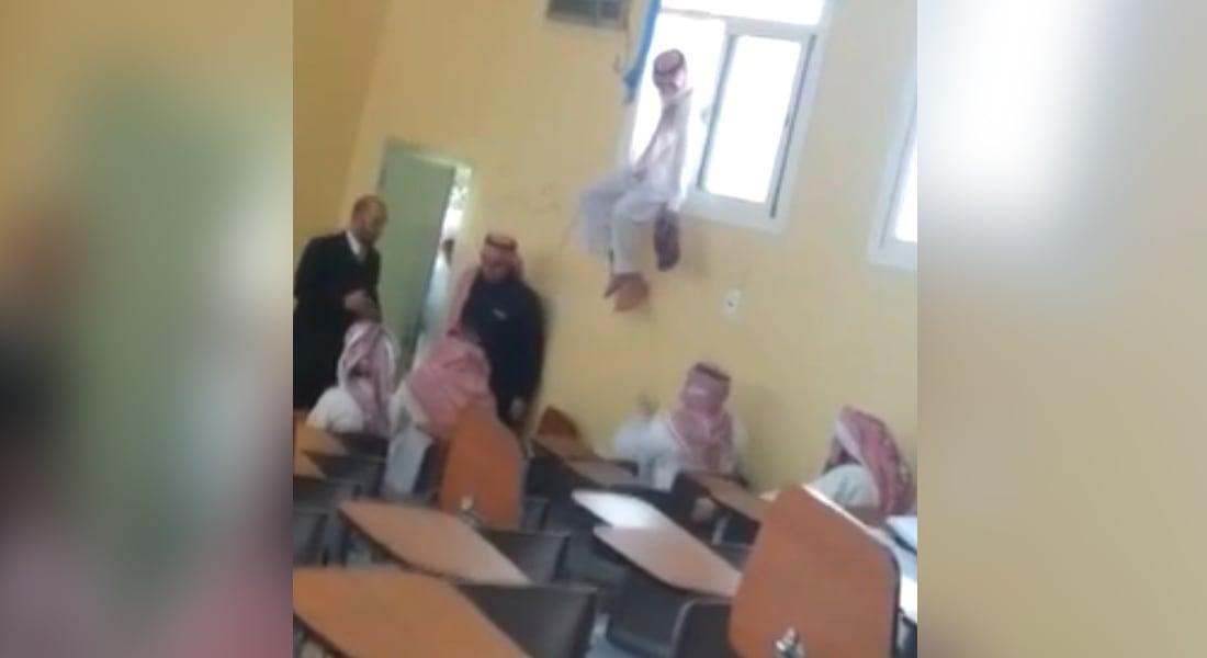 """بالفيديو.. طالب جامعي يخدع الدكتور """"الكفيف"""" ليدخل الصف"""