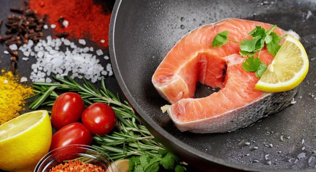 دراسة: النظام الغذائي النباتي والغني بالأسماك يقلل من خطر الإصابة بسرطان القولون