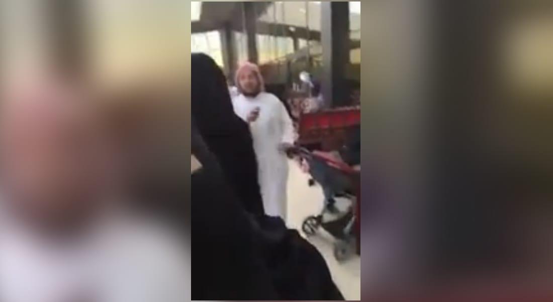 مغردون بالسعودية يتبادلون فيديو لمحتسب يعتدي على فتاة لتصويره