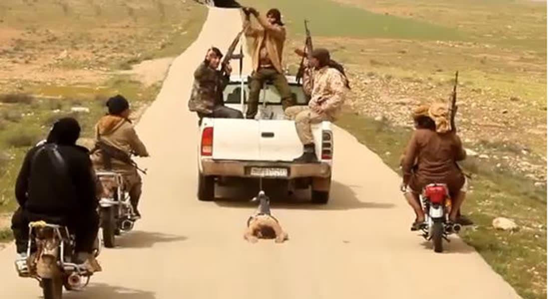 """""""داعش"""" يعدم """"أميرا سابقا"""" وعنصرا في """"النصرة"""" بعد استتابتهما ويسحل أحد """"جنود بشار"""""""