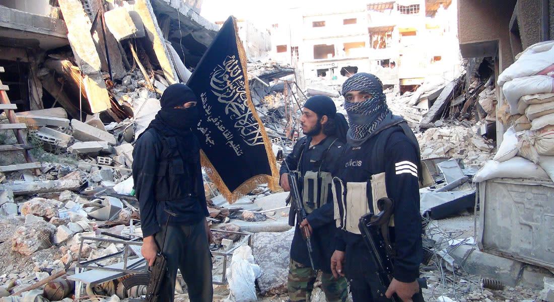 """داعش يتمدد باليرموك وتساؤلات عن دور النصرة.. والتنظيم يجلد رجلين ويطوف بهما بسبب """"شهادة زور"""""""