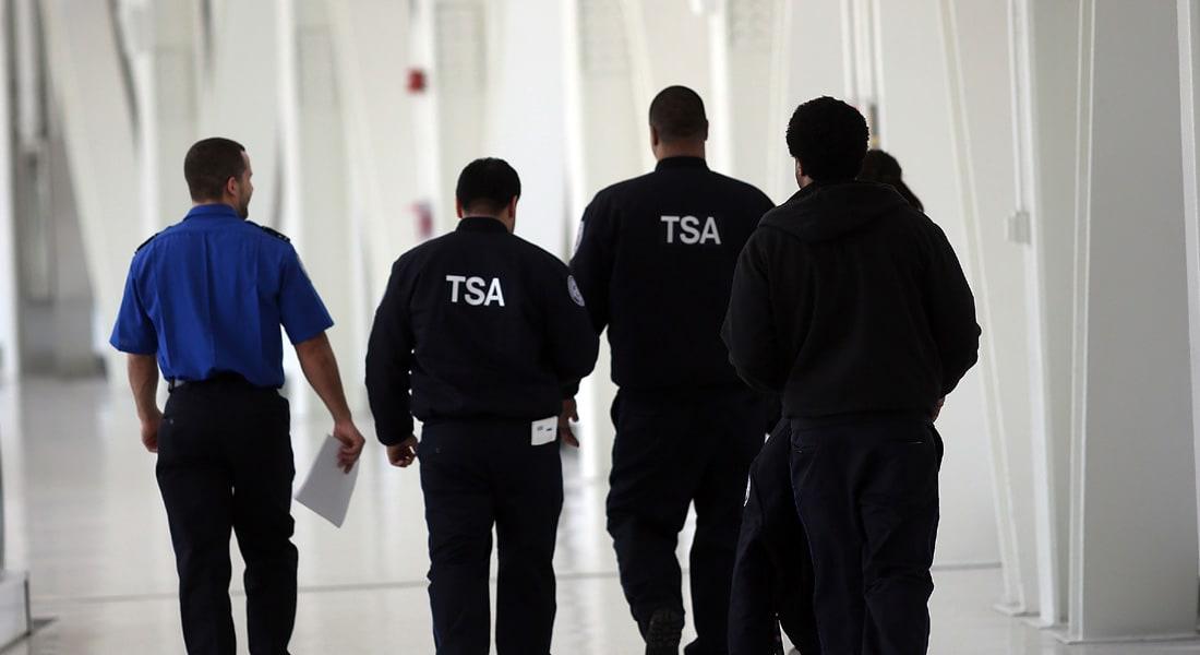السجن والمراقبة لموظف TSA صور زميلته داخل المرحاض