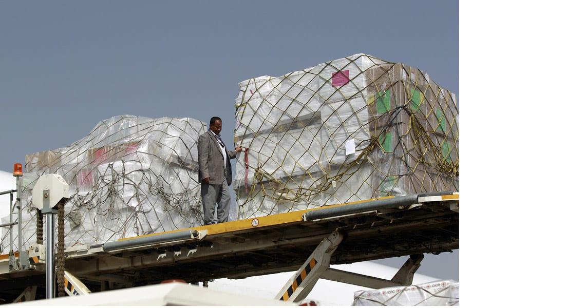 """""""أطباء بلا حدود"""" ترسل طائرة مساعدات إلى صنعاء وتحاول إقامة طريق إمداد بحري لعدن"""