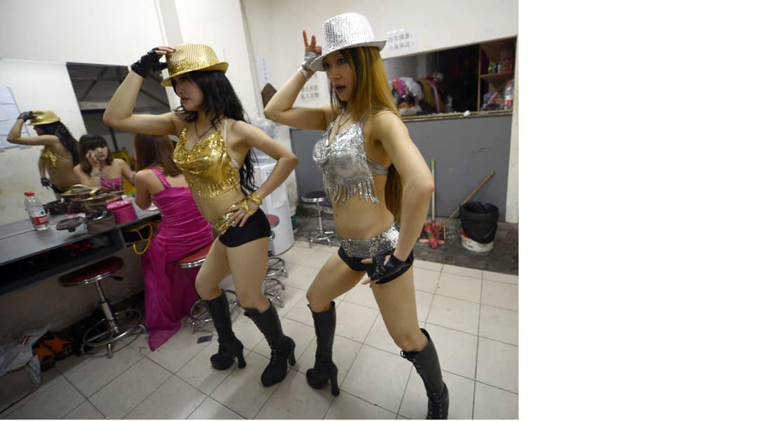 الأكثر إثارة للمشيعين .. من الرقصات إلى استعراضات التعري في جنازات بالصين