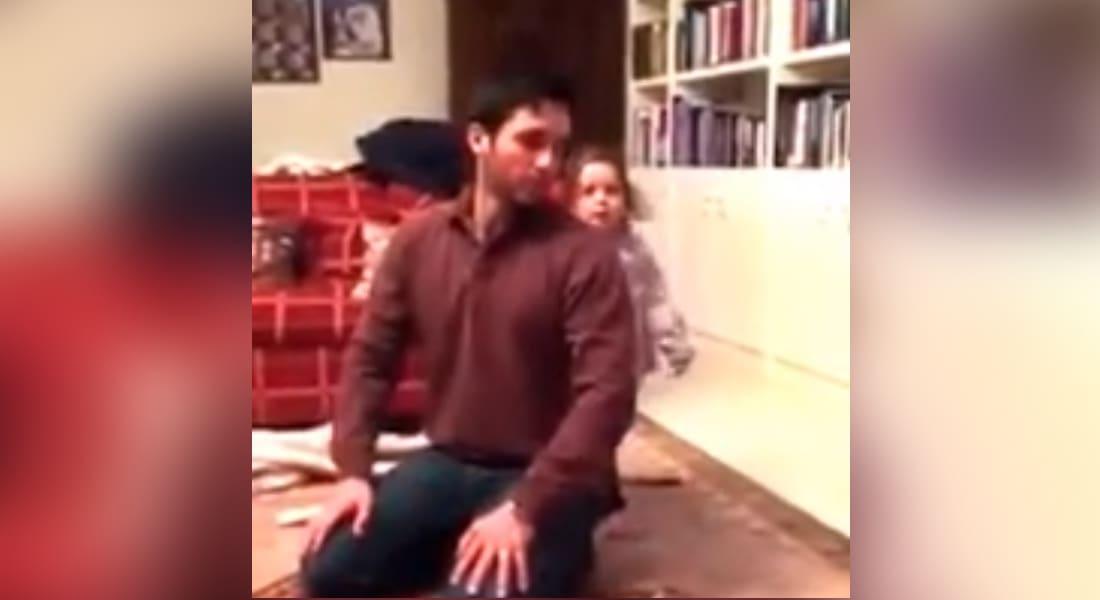 نشر فيديو لولي العهد الأردني السابق وهو يصلي وطفلته تحوم من حوله