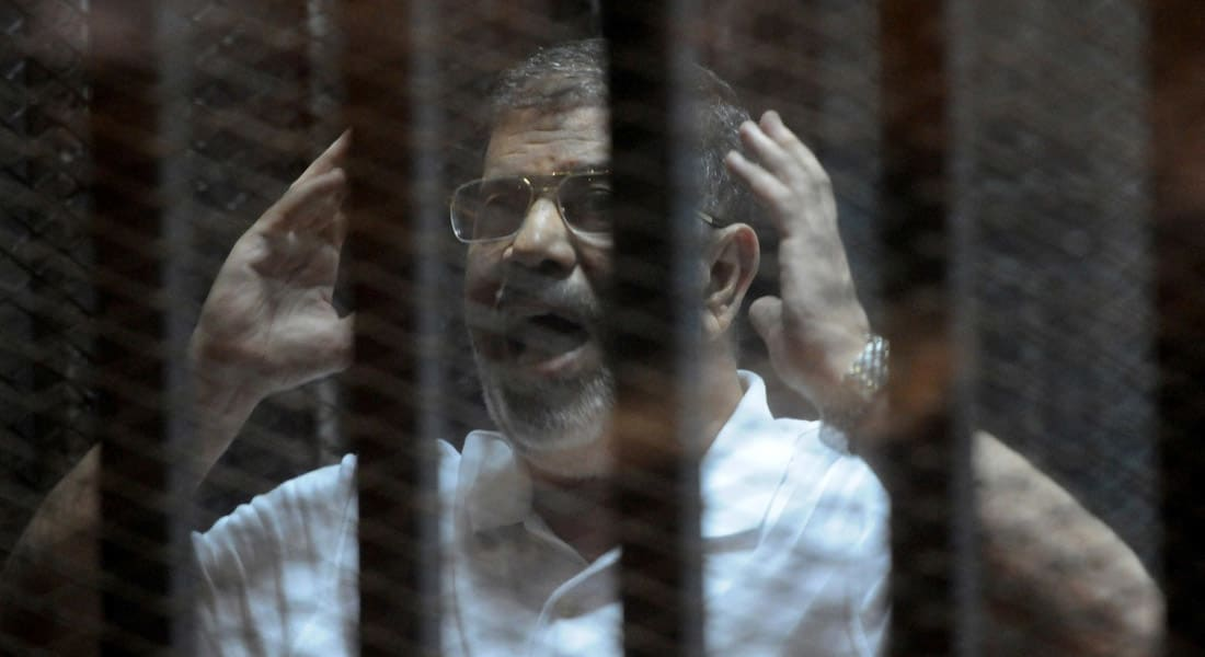 """بالفيديو من مصر.. كلمة """"أنت"""" تثير مشادة بين مرسي ورئيس محكمة قضية """"التخابر مع قطر"""""""