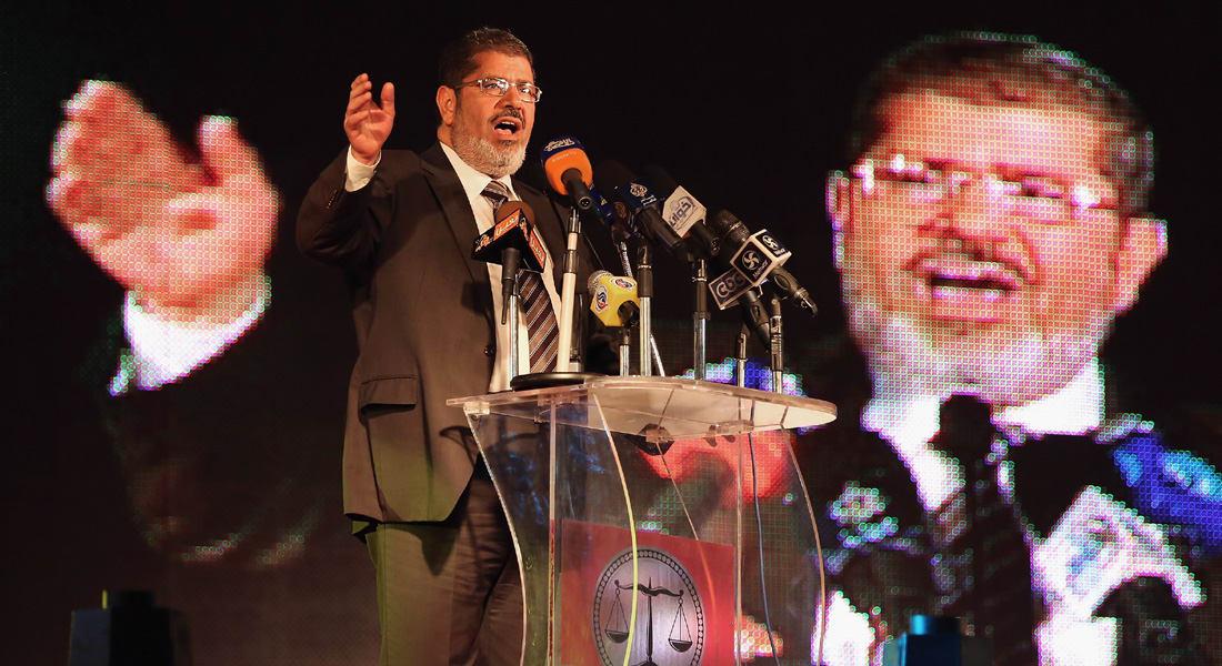 """مصر.. """"إهانة القضاء"""" تقود مرسي لمحاكمة جديدة والقائمة تشمل إعلاميين وسياسيين"""