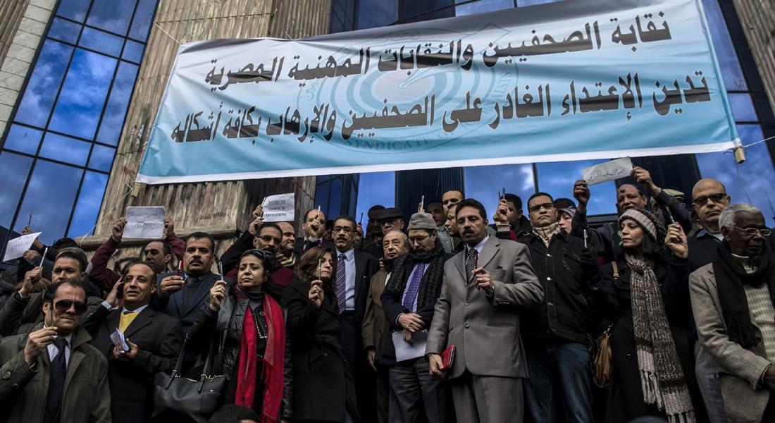 أزمات مالية تحاصر الصحف القومية والخاصة بمصر وعشرات المفصولين يلجأون للنقابة