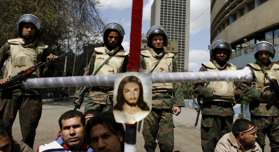 """مصر.. """"تهجير"""" مسيحيين وإحراق منازلهم واتهامات لعناصر إخوانية وتقصير أمني بإشعال """"فتنة كفر درويش"""""""