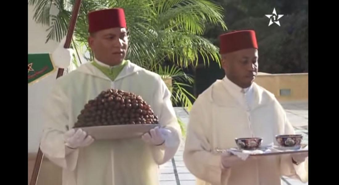 طريف.. خدم البلاط يقدم للملك المغربي التمر والحليب في عز نهار رمضان
