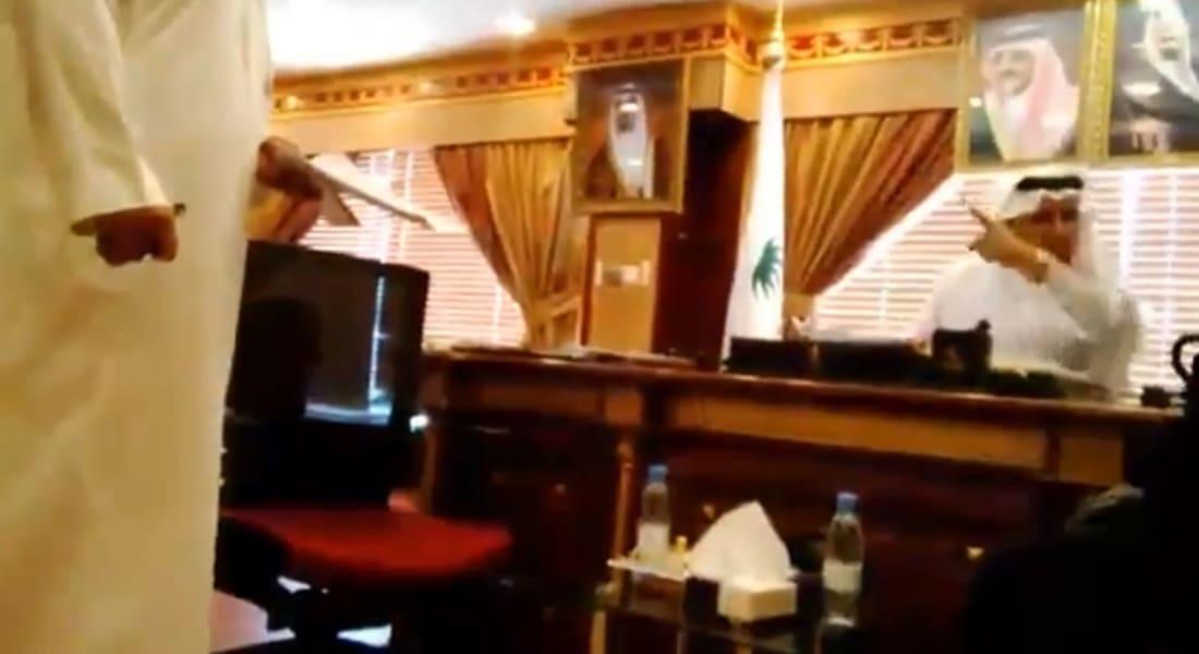 """بالفيديو.. طرد سعودية من """"صحة نجران"""" بعد """"تطاولها"""" على مكتب المدير"""