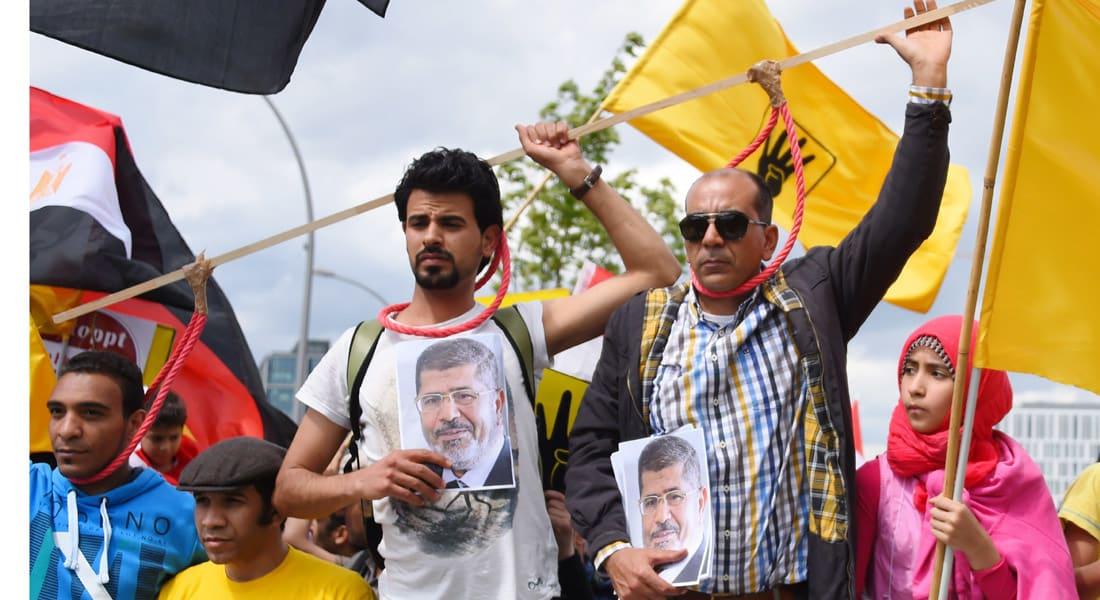"""مرسي يظهر بـ """"البدلة الحمراء"""" للمرة الأولى"""