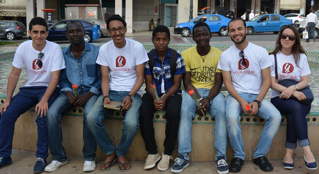 شباب مغاربة يوّزعون الورود على المهاجرين السود لمحاربة العنصرية