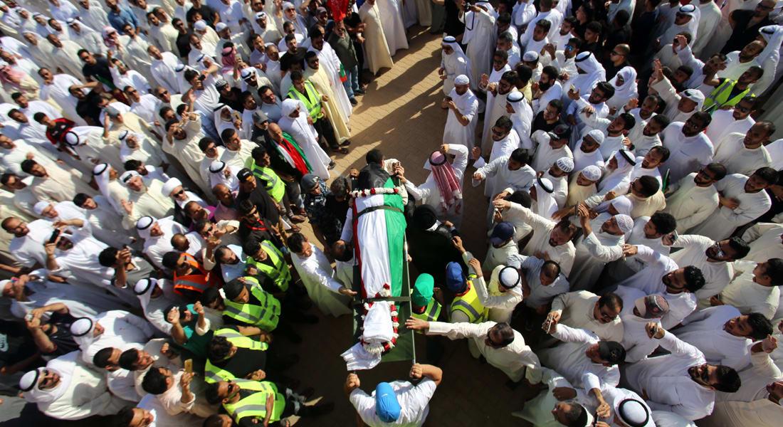 """الكويت.. الآلاف يشيعون ضحايا تفجير """"الإمام الصادق"""" بينهم الفنان عبدالحميد الرفاعي"""