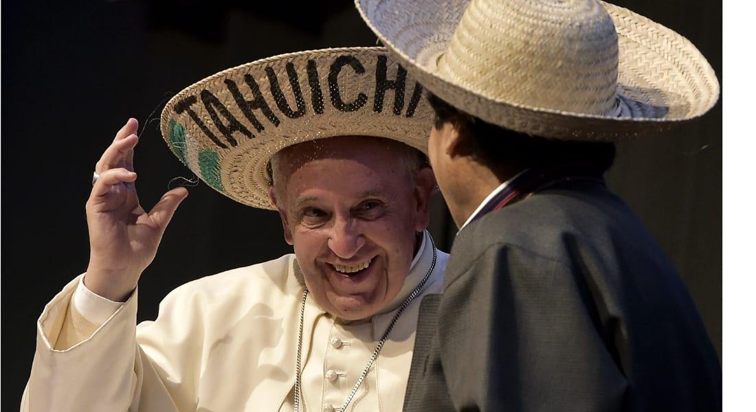 """صليب """"شيوعي"""" مثير للجدل .. هدية من رئيس بوليفيا للبابا فرانسيس"""