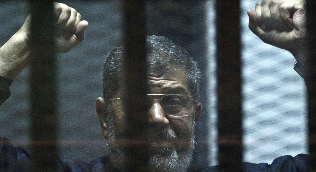 مرسي برسالة للمصريين: أحكامهم بنظري سكرات موت نظامهم.. كل ليلة تمضي علي بالزنزانة تعمق معرفتي بهشاشة هؤلاء الأقزام