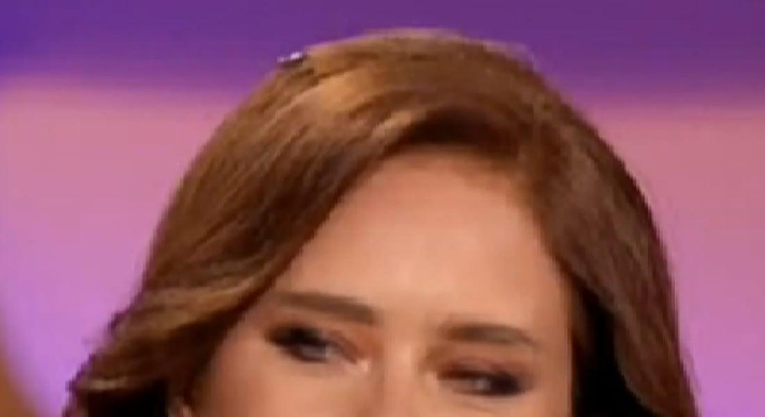 بالفيديو.. صرصار على شعر نيللي كريم يتسبب بإحراجها على الهواء