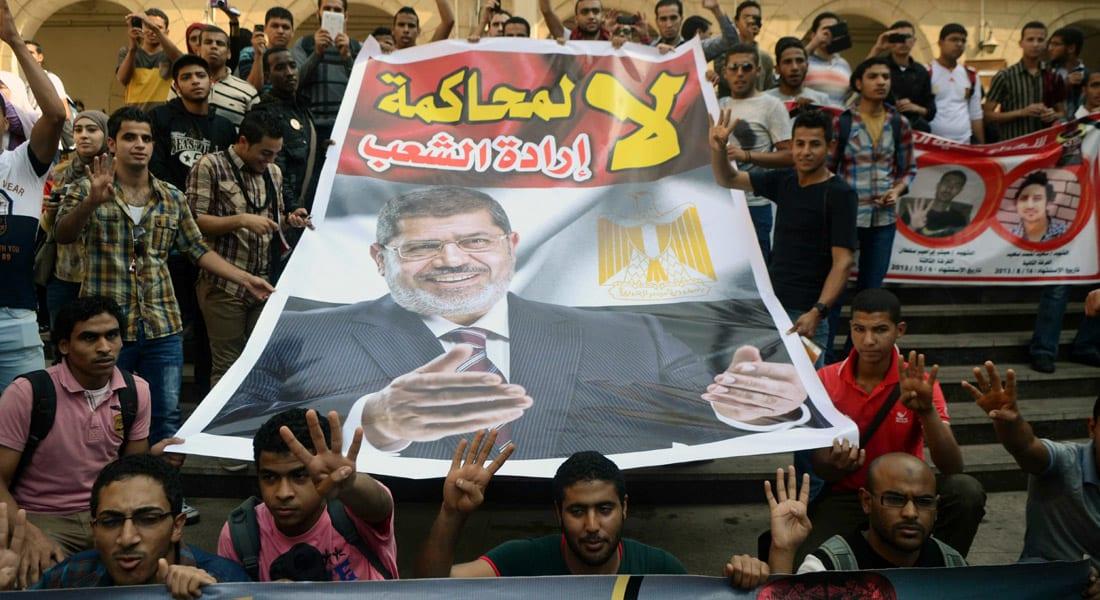 """مفاجأة في محاكمة مرسي بـ""""إهانة القضاء"""".. كيف دخل قرقر إلى قفص الاتهام بـ""""الخطأ""""؟"""