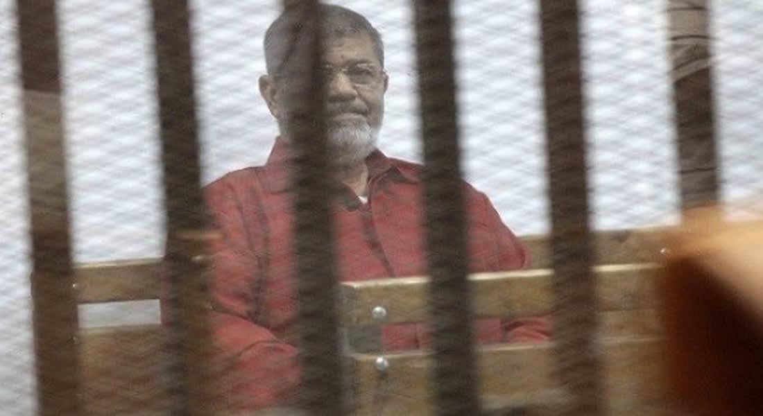 """مرسي يبلغ محكمة """"التخابر مع قطر"""" بتعرضه لـ""""جريمة كبرى"""" واستشعار """"الخطر"""" بطعام السجن"""