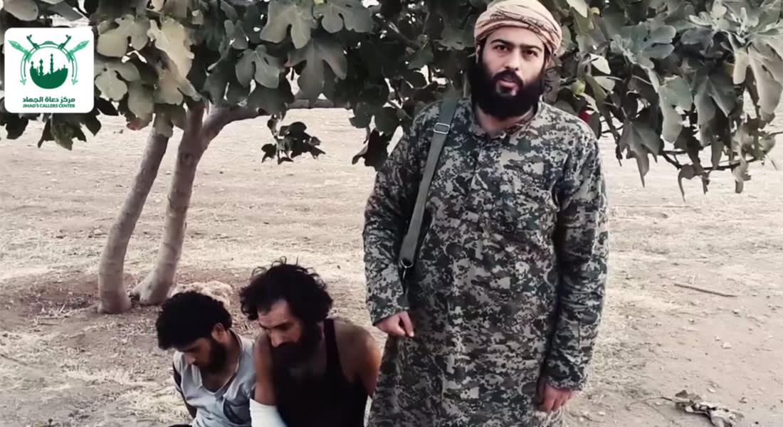"""السعودي المحيسني يستعرض أسيرين من قوات الأسد """"سني وعلوي"""" ويسخر من اتهامات داعش عن تطبيق الشريعة"""