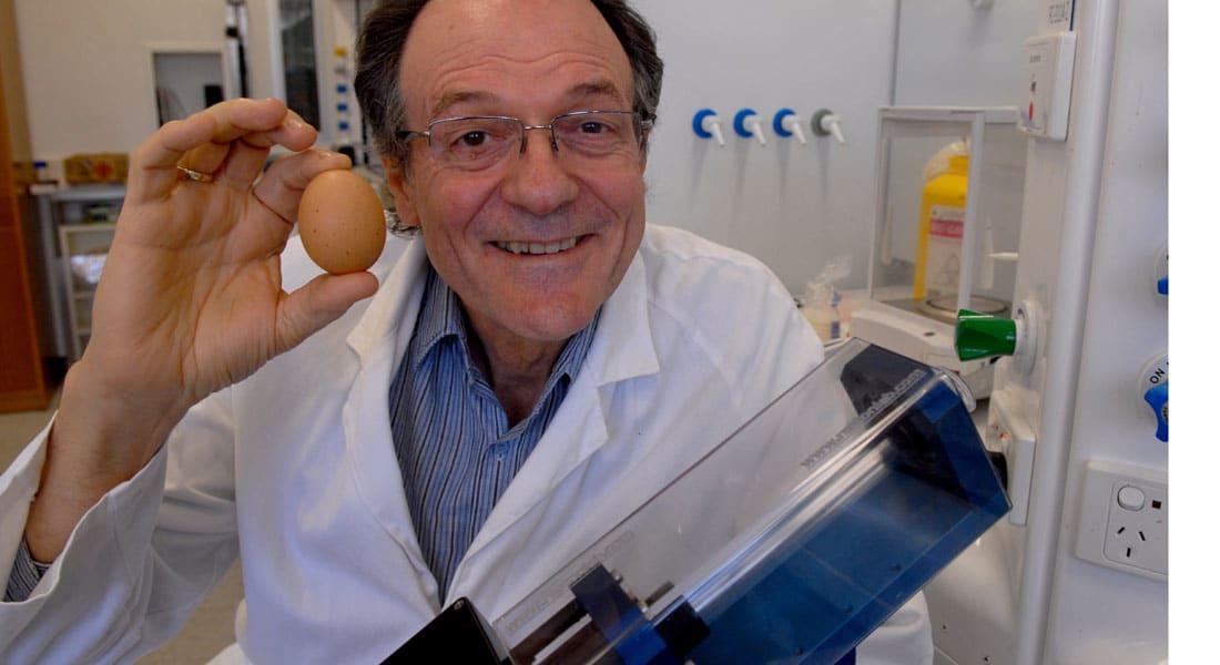 اختراع يعيد البيض نيئا بعد سلقه قد يساعد في علاج السرطان.. ومخترعه: من المستحيل تحديد سعره