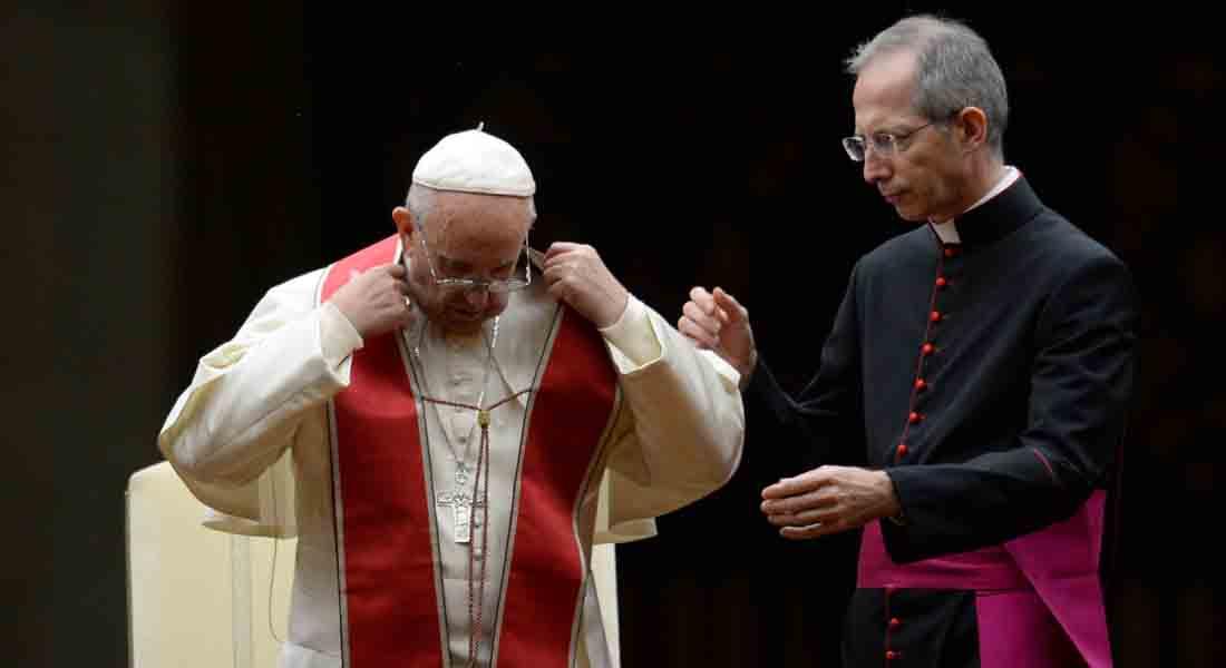 إعفاء أسقف بولندي من منصبه الديني بالفاتيكان بعد اعترافه بمثليته الجنسية