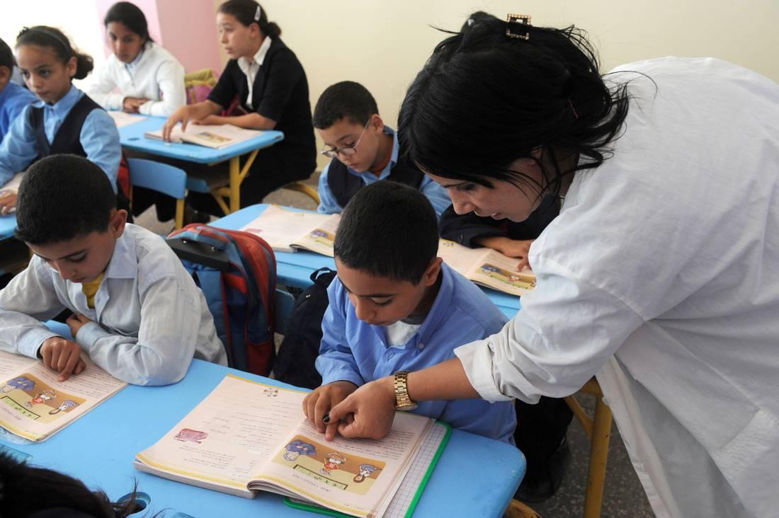 مدرّسون مغاربة يحتفلون بيومهم العالمي.. والوزارة المعنية تقتصر على مراسلة للإشادة بهم