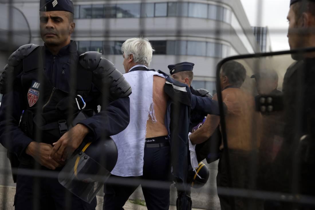 موظفون يعتدون على مسؤولين بالخطوط الفرنسية ورئيس الحكومة يتهم المتسببين بالبلطجة