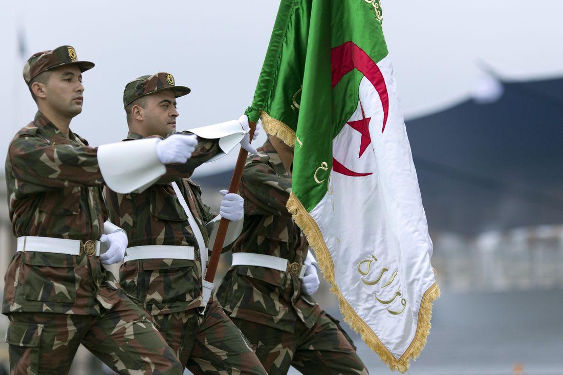 """الجيش الجزائري يقضي على ثلاثة """"إرهابيين"""" ويحتجز عددًا من الأسلحة"""
