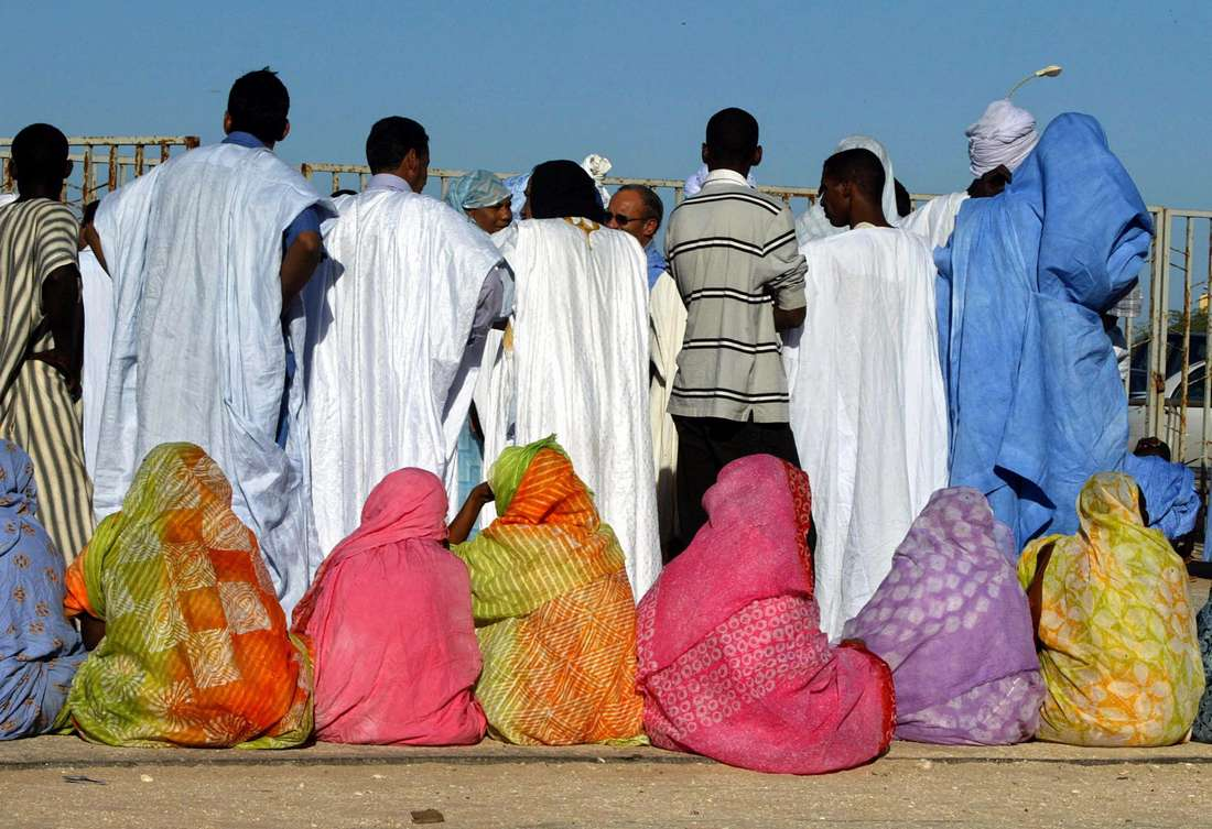في يوم فرحها.. العروس الموريتانية تتوشح السواد وتذرف الدموع وتُختطف من طرف صديقاتها !