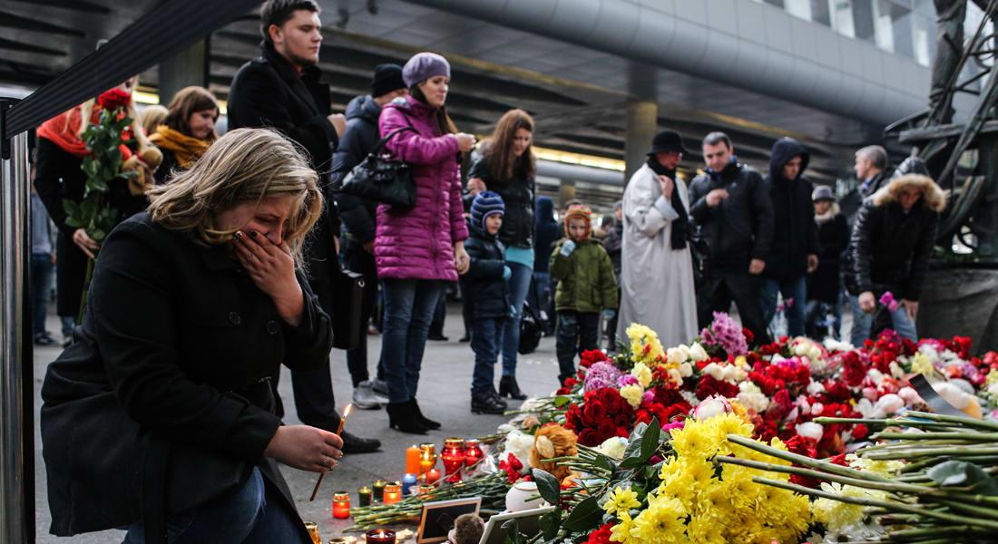 """سلسلة بشرية تشكل كلمة """"Mom"""" بسان بطرسبرغ تضامناً مع أطفال ضحايا الطائرة الروسية"""