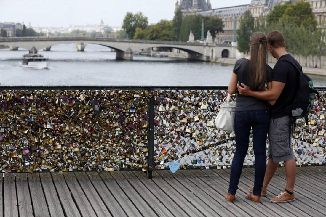 فيسبوك يغلق صفحة فرنسية جمعت 32 ألف معجب بدعوة لحفل جنس جماعي في باريس