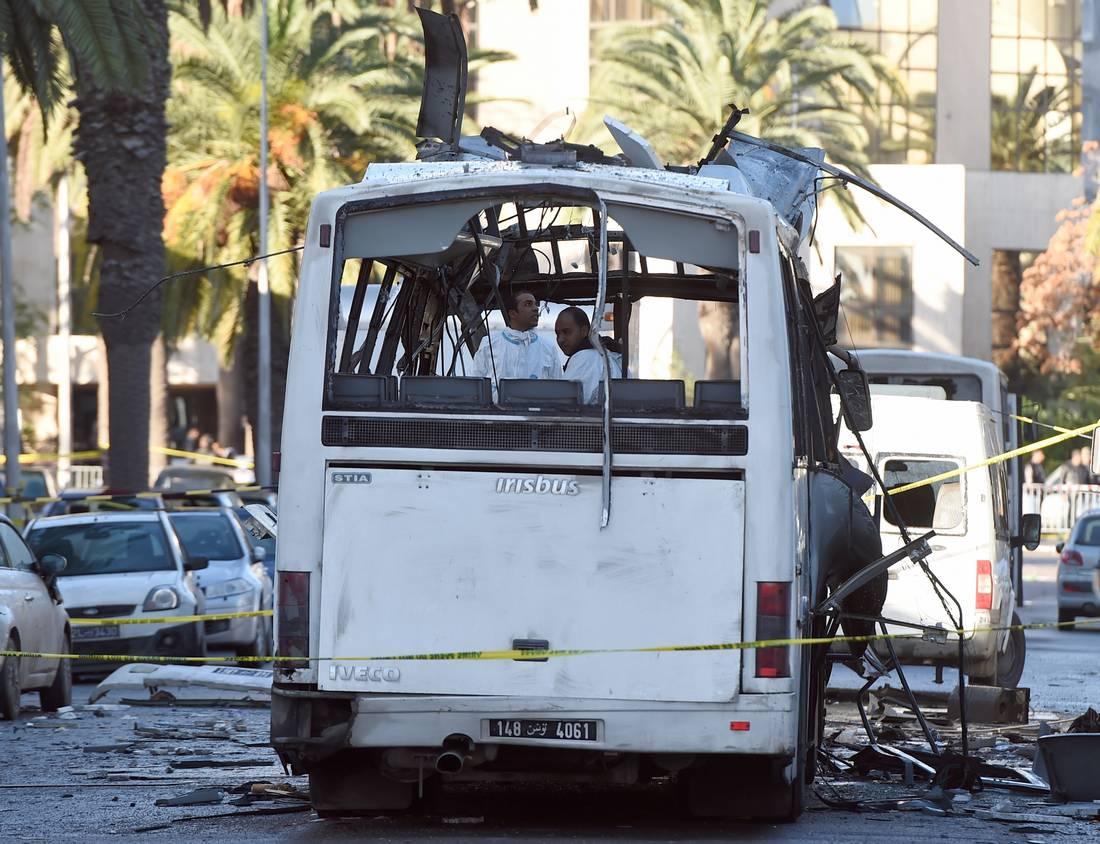 """""""داعش"""" يعلن مسؤوليته عن تفجير حافلة الأمن الرئاسي وسط العاصمة تونس"""