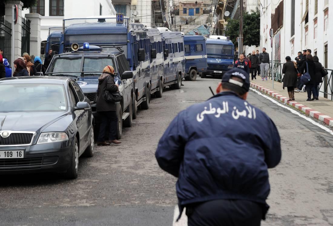 الجزائر تبدأ محاكمة مشتبه بهم في الإرهاب.. بينهم مغربي متهم بالتخطيط لقلب نظام الحكم