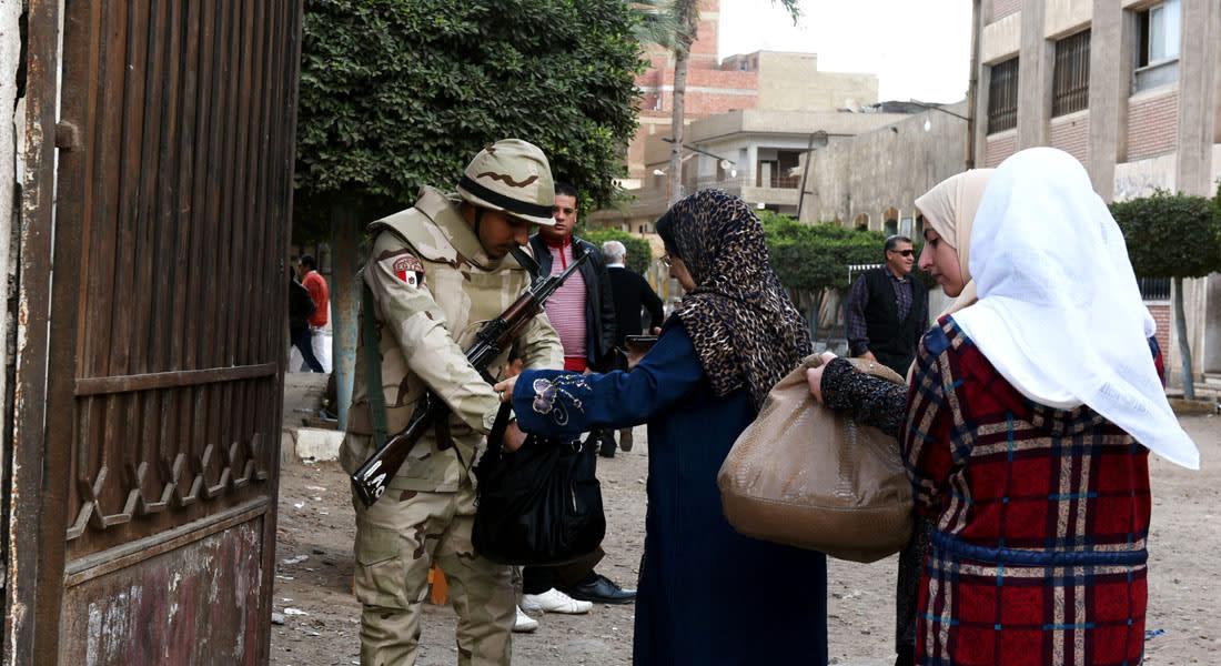 """مصر.. لجنة الانتخابات """"لا تعتد"""" بفيديوهات الرشاوى وتحيل مرشحين للنيابة وتصويت الخارج بأدنى مستوى"""