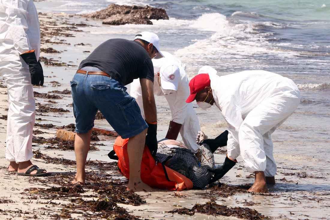 انتشال جثة 11 مهاجرًا سريًا قرب السواحل المغربية بعد غرق قاربهم