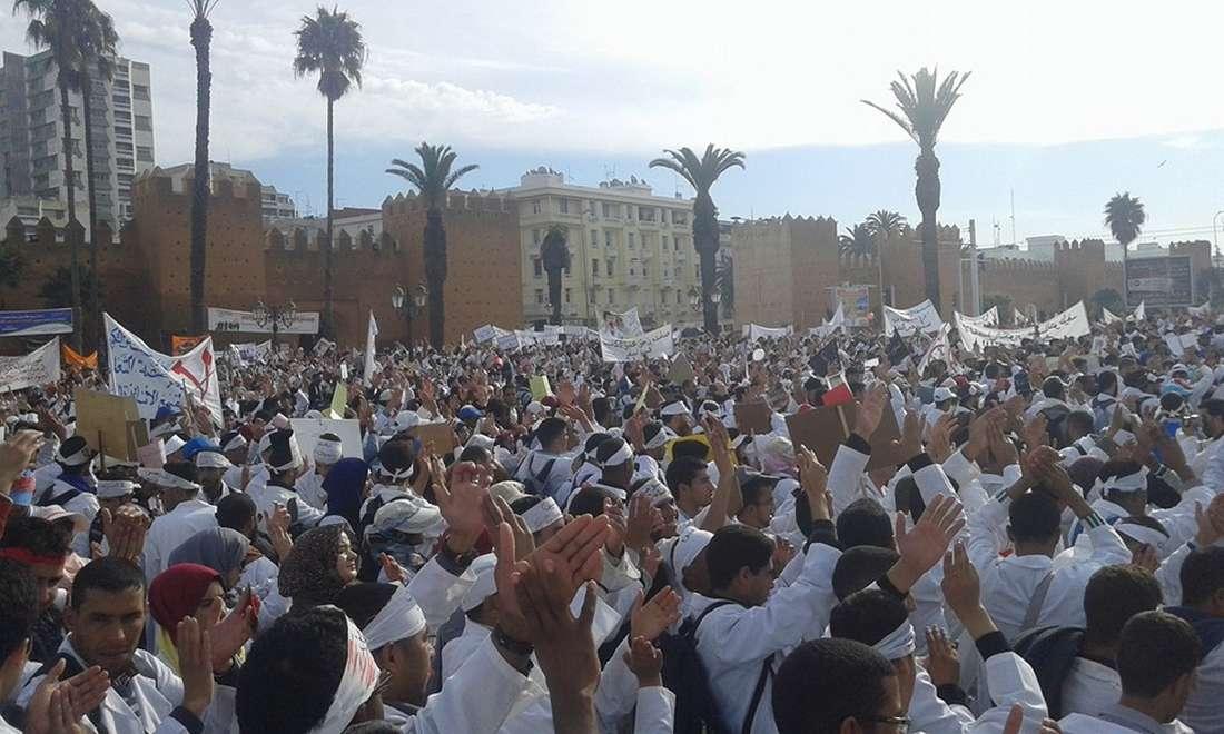 """آلاف الأساتذة المتدربين في مسيرة حاشدة بالرباط للاحتجاج على """"فصل التكوين عن التوظيف"""""""
