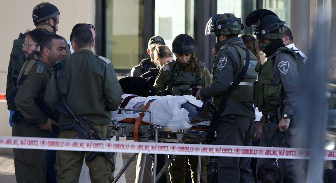 """إصابة 3 إسرائيليين وفلسطيني بـ""""هجوم طعن"""" وبدء تسليم جثث """"مهاجمين"""" من القدس الشرقية"""