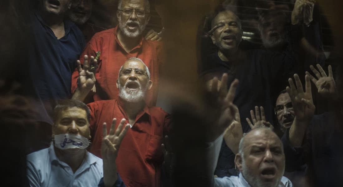 """مصر.. ما هي أسباب إلغاء الحكم بإعدام بديع و11 """"إخوانياً"""" بقضية """"غرفة عمليات رابعة""""؟"""