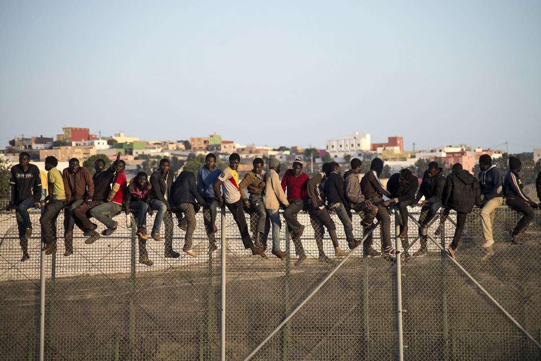 مصرع مهاجريْن وجرح 12 في محاولة تسلّل المئات نحو الأراضي الإسبانية