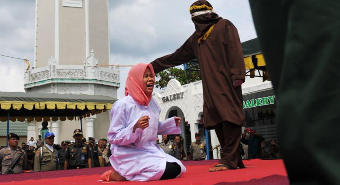 أندونيسيا: جلد رجل وامرأة علناً بسبب الخلوة غير الشرعية
