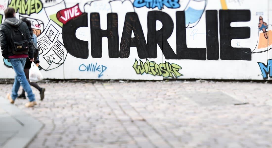 شارلي إيبدو تخلّد ذكرى الهجوم عليها بغلاف يجسد الإله.. ومسيحيون ومسلمون ينتقدونها