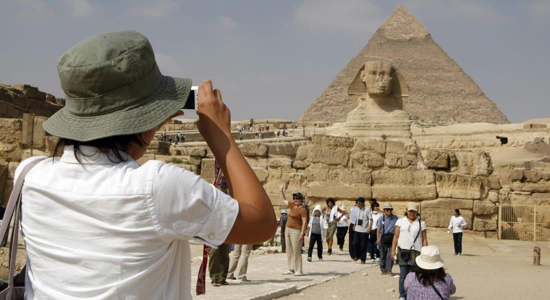 """""""مفاجأة"""" تهز دوائر حكومية وإعلامية بمصر.. ينتحل صفة """"عالم آثار"""" بالإعدادية ويلقى تكريماً دولياً"""