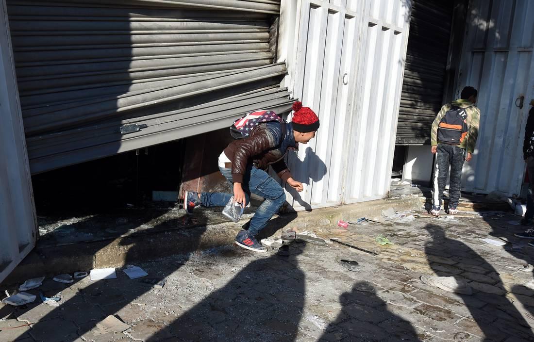 سرقة وإتلاف 110 آلاف دولار من المساعدات الموجهة للفقراء في أعمال نهب بتُونس