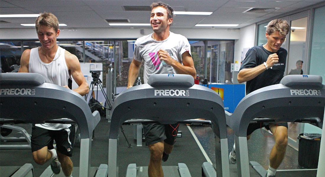 لعشاق جهاز المشي الكهربائي... 4 تمارين لزيادة اللياقة وحرق الدهون